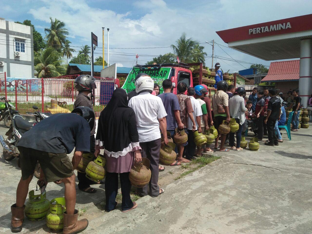 Warga Tanjungpinang menyerbu SPBU Km 7, pada Selasa (5/9), saat mengetahui adannya operasi pasar Gas Elpiji 3 Kg.